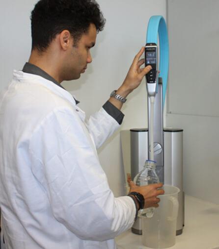 Student bedient das Reinstwasser-System PURELAB flex im Labor der Universität Hamburg